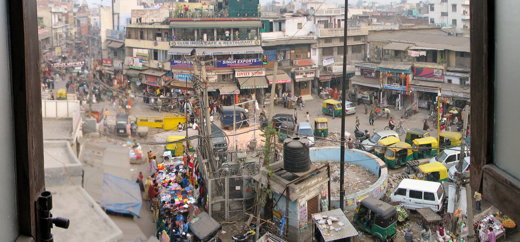 We know by now that air pollution is not a standalone problem in a city but is essentially a symptom of inadequate planning. In Delhi's Paharganj. Credit: mckaysavage/Flickr, CC BY 2.0