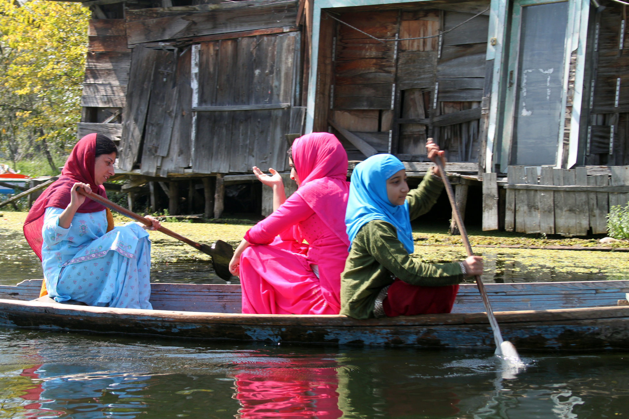 Kashmiri women chat on a boat on Dal Lake. Credit: flowcomm/Flickr CC BY 2.0