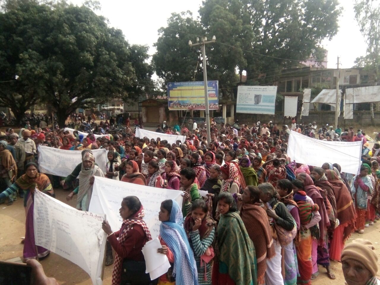 Workers hold banners with details of delayed wage payments under MGNREGA, most caused due to Aadhaar errors, in Lohardaga, Jharkhand. Credit: Nitish Kumar Badal