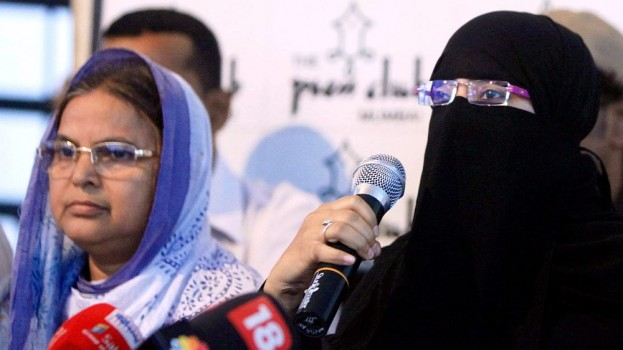 Ishrat Jahan's mother Shamima Kausar (L) and sister Nusrat at a press conference. Credit: PTI/Files
