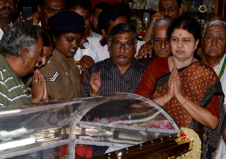 Sasikala pays her last respects to Cho Ramaswamy. Credit: PTI