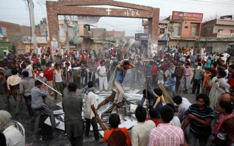 FILE PHOTO: Pakistani Christians protest against Saturday's burning of their houses and belongings in Badami Bagh, Lahore March 10, 2013. REUTERS/Mohsin Raza/File Photo