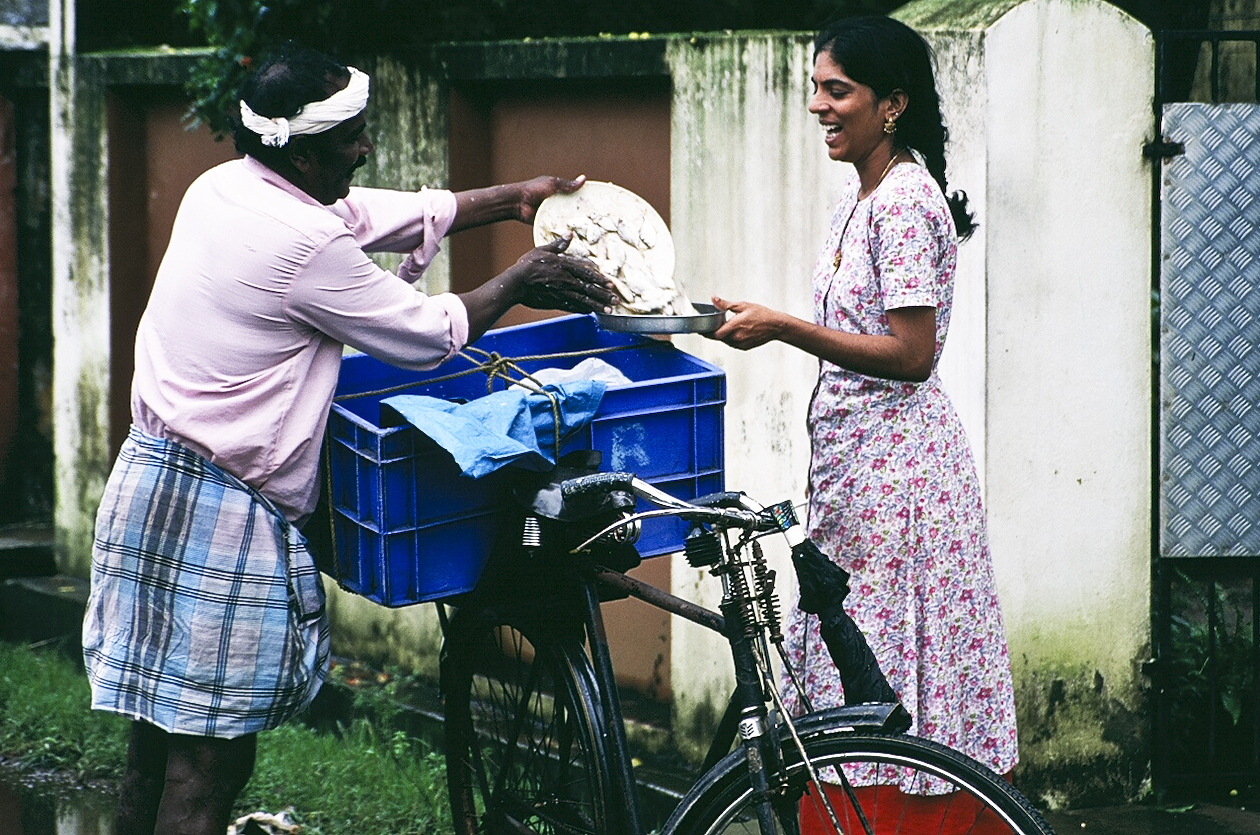 Housewife buying fish from a traveling fish salesman. Credit: Thaths/Flickr, CC BY-NC 2.0