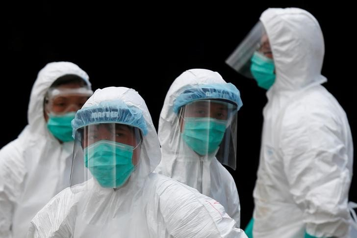 Health officers in protective clothing cull poultry at a wholesale market, as trade in live poultry suspended after a spot check at a local street market revealed the presence of H7N9 bird flu virus, in Hong Kong June 7, 2016. Credit: Reuters