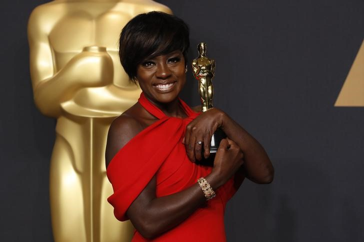 Viola Davis posing with her Oscar for best supporting actress. Credit: Reuters