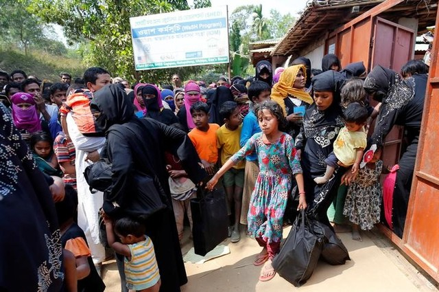 Rohingya refugees collect aid supplies including food and medicine, sent from Malaysia at Kutupalang Unregistered Refugee Camp in Cox's Bazar, Bangladesh, February 15, 2017. Credit: Mohammad Ponir Hossain/Reuters