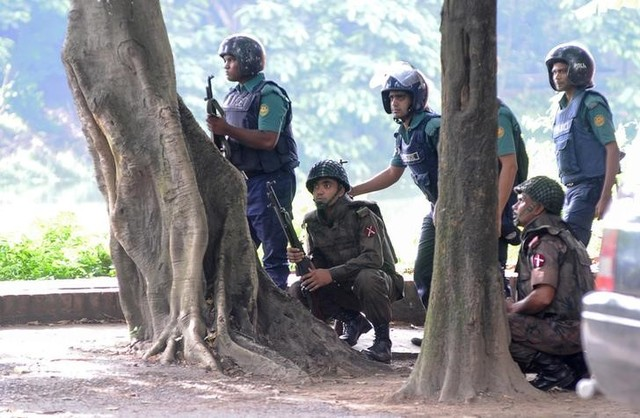 Army soldiers take their positions near the Holey Artisan restaurant after Islamist militants attacked the upscale cafe in Dhaka, Bangladesh, July 2, 2016. Credit: Reuters/Mahmud Hossain Opu