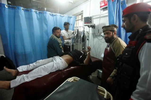 Suicide Bomber Kills Five Outside Government Office in Pakistan