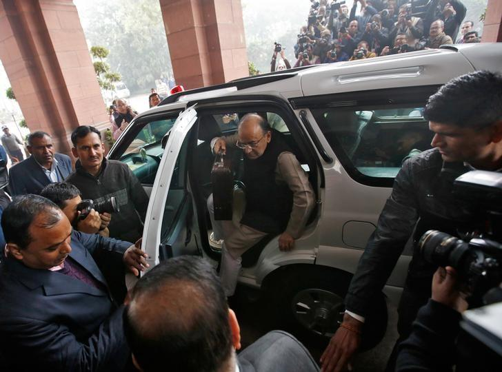 Finance minister Arun Jaitley arrives at the parliament to present the federal budget, in New Delhi, India, February 1, 2017. Credit: Reuters/Adnan Abidi