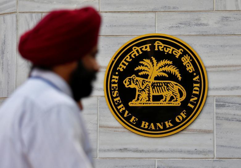 People walk past the Reserve Bank of India (RBI) head office in Mumbai, India, November 9, 2016. Credit: Reuters/Danish Siddiqui/Files