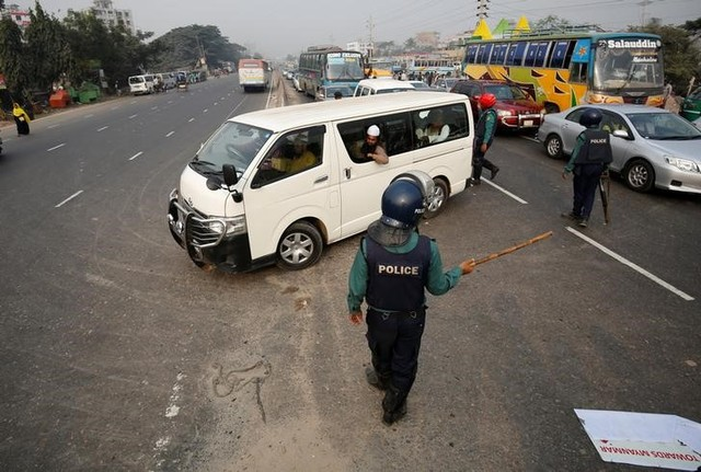 Bangladeshi police officers stop a vehicle carrying Muslim activists who were trying to join a long march towards Myanmar to protest against the deaths of Rohingya Muslims in the Rakhine state of Myanmar, in Dhaka, Bangladesh, December 18, 2016. Credit: Reuters
