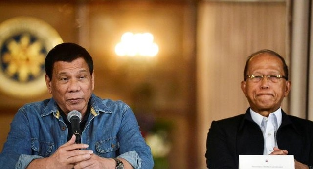 Philippine President Rodrigo Duterte announces the disbandment of police operations against illegal drugs next to Defence Secretary Delfin Lorenzana at the Malacanang palace in Manila, Philippines January 29, 2017. REUTERS/Ezra Acayan