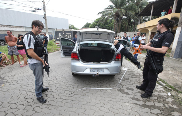 Brazilian Police officers patrol the perimeter at the scene of a fatal shooting in Vila Velha, Espirito Santo, Brazil February 9, 2017. Credit: Reuters