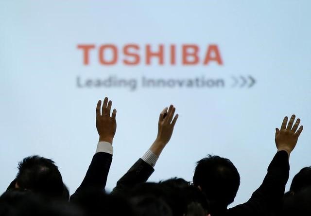 Reporters raise their hands for a question during a news conference by Toshiba Corp CEO Satoshi Tsunakawa and other senior sompany officials at the company's headquarters in Tokyo, Japan February 14, 2017. Credit: Reuters/Toru Hanai