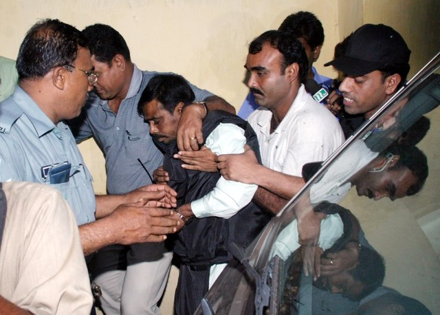 Police escort Mufti Abdul Hannan (3rd L), alleged leader of the Bangladesh chapter of the Islamist militant group Harkatul Jihad, to court in Dhaka October 2,2005. Credit: Reuters/Rafiqur Rahman/Files