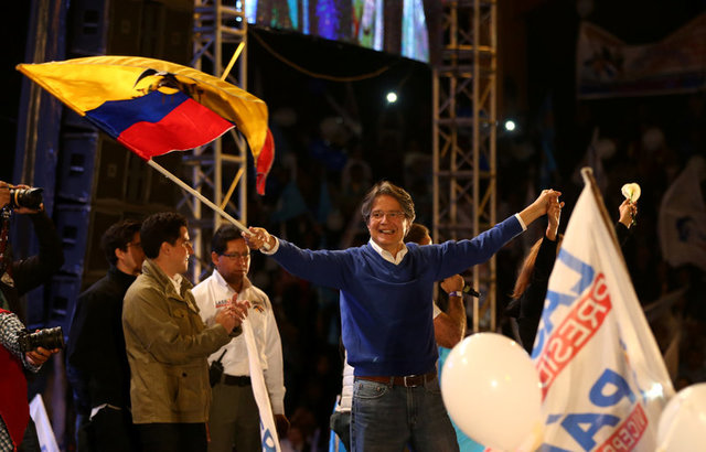 Presidential candidate Guillermo Lasso, from the CREO party holding an Ecuadorean flag arrives to campaign rally in Quito, Ecuador, March 29, 2017. Credit: Reuters