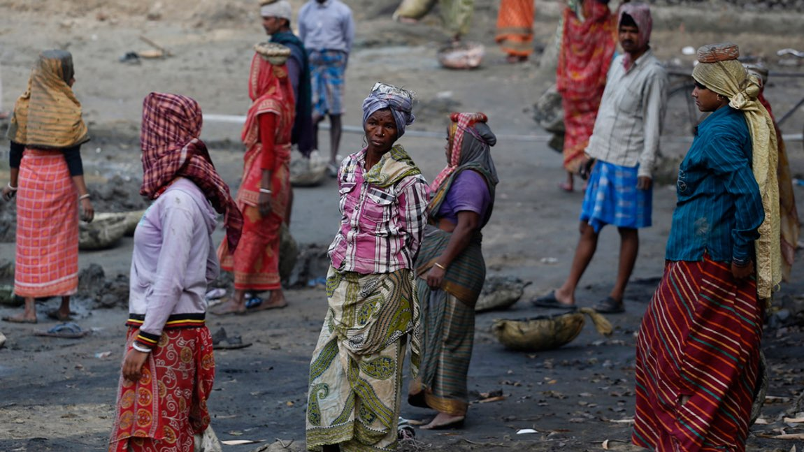 Women work at a dry pond under the Mahatma Gandhi National Rural Employment Guarantee Act (MNREGA) in a village on the outskirts of Kolkata, 11 February 2014. Credit: Reuters