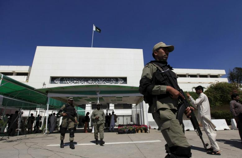 Paramilitary soldiers walk past the Parliament building in Islamabad April 10, 2015. Credit: Reuters/Faisal Mahmood