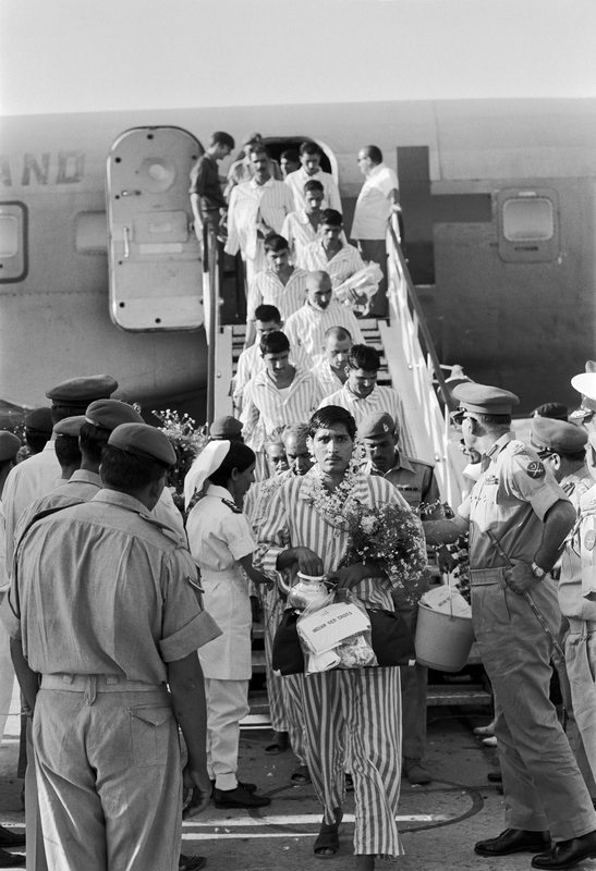 Pakistan – 1972. One hundred and twenty four civilians and Pakistani prisoners of war are repatriated to their home country in a Red Cross plane. © ICRC/François Musy
