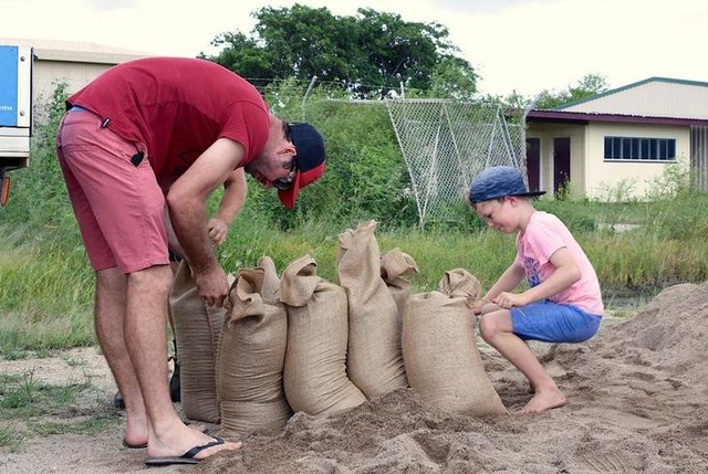 Residents fill sandbags in preparation for the arrival of Cyclone Debbie in the northern Australian town of Bowen, located south of Townsville March 27, 2017. Credit: Reuters
