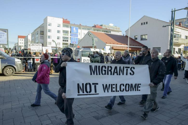 Both pro-immigration and anti-immigration protesters shout slogans in Tornio, Finland, October 3, 2015. REUTERS/Panu Pohjola/Lehtikuva