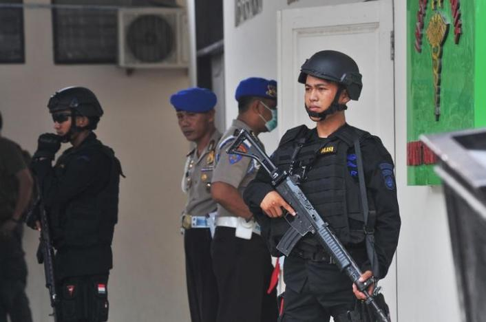 Indonesian security forces stand guard at the hospital where a body believed to be that of the country's most-wanted militant, Santoso, who was killed in a clash with security forces, is lying in Palu, Central Sulawesi, Indonesia July 19, 2016 in this photo taken by Antara Foto. Credit: Antara Foto/Reuters