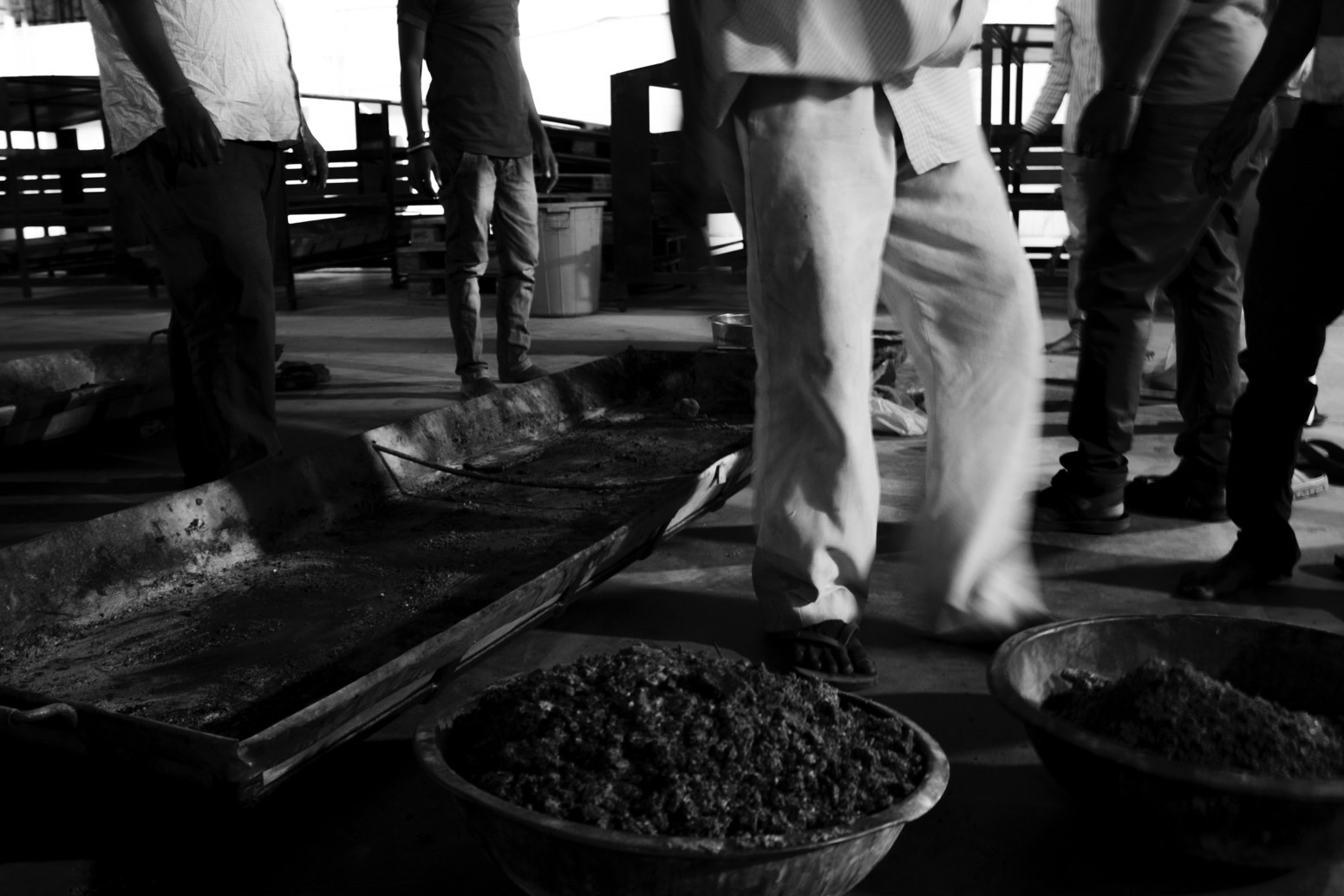 Workers collecting ashes of different dead bodies. Credit: Wamika Singh