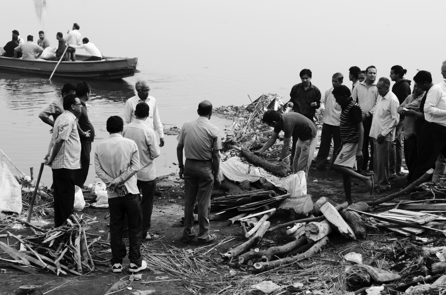 Last rituals of a dead body being carried out at the ghat. Credit: Wamika Singh