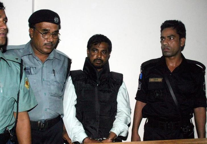 Police guard Mufti Abdul Hannan (2nd R), alleged leader of the Bangladesh chapter of the Islamist militant group Harkatul Jihad, outside a court in Dhaka October 2, 2005. Hannan was arrested at a hideout in Dhaka. Credit: REUTERS/Rafiqur Rahman/Files