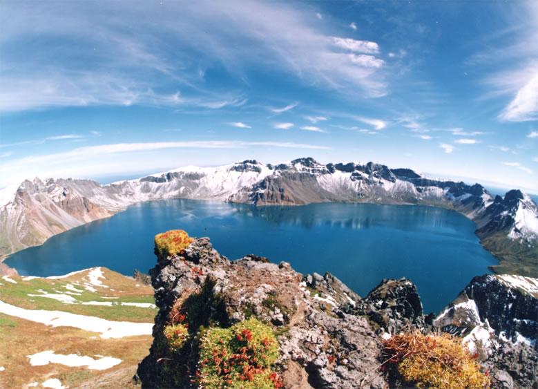 The massive crater lake at the peak of Changbaishan volcano. Credit: Wikimedia Commons