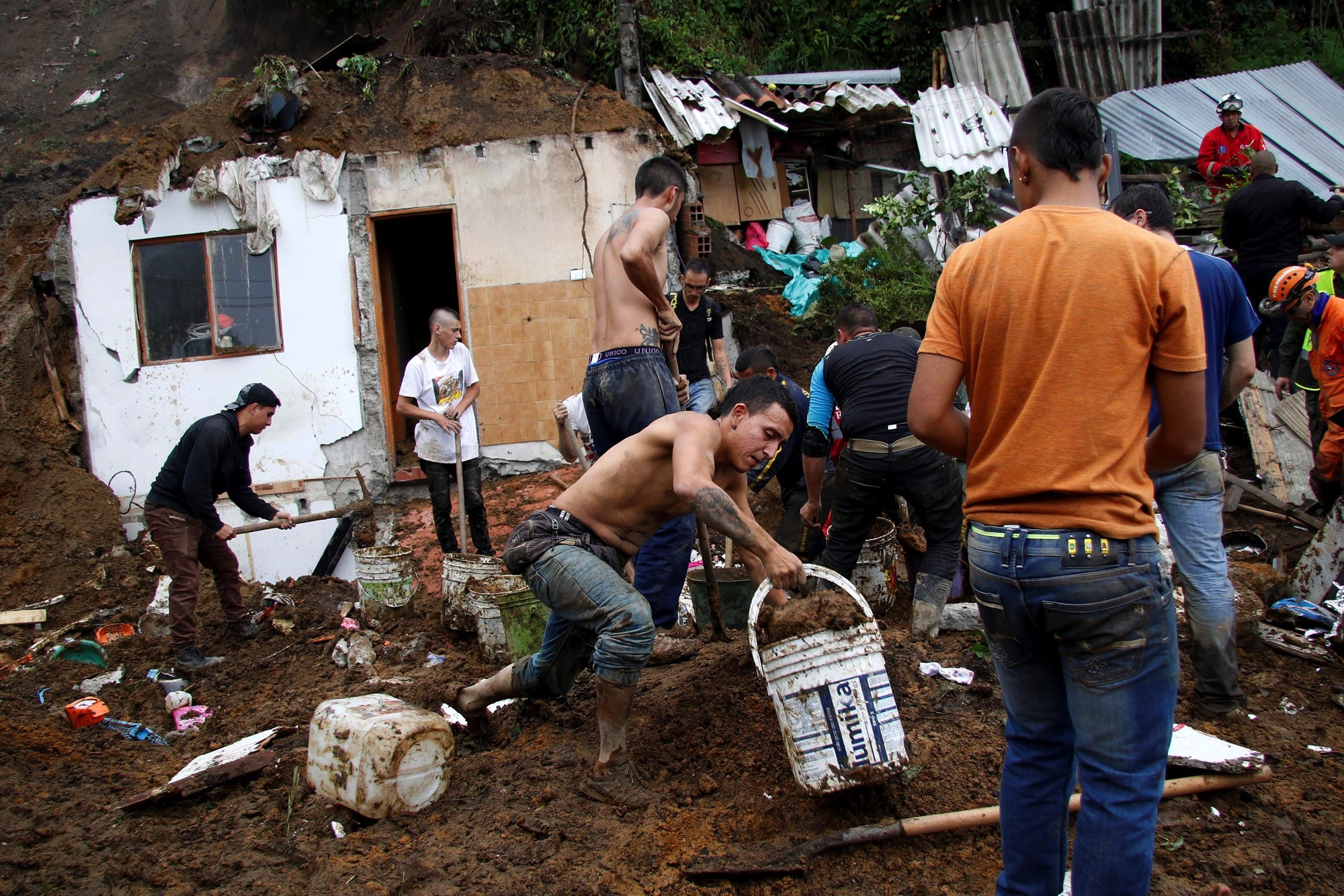 People and rescue agencies look for bodies in a destroyed area after mudslides, caused by heavy rains leading several rivers to overflow, pushing sediment and rocks into buildings and roads, in Manizales, Colombia April 19, 2017. Credit: Reuters/Santiago Osorio