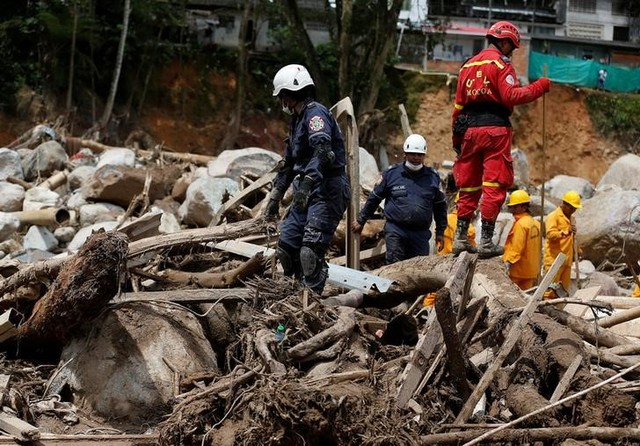 Rescuers look for bodies in a destroyed area after flooding and mudslides caused by heavy rains in Mocoa, Colombia April 2, 2017. Credit: Reuters