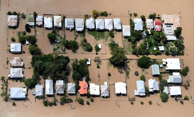 Houses are surrounded by floodwaters brought on by Cyclone Debbie at Depot Hill in Rockhampton, Australia, April 6, 2017. Credit: Reuters