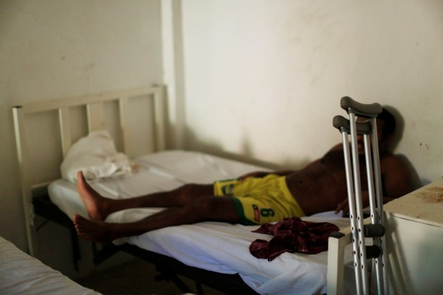 A man from Honduras who does not want to be identified, recovers from a bullet wound in his leg at the Jesus Buen Pastor shelter in Tapachula, Chiapas, Mexico November 18, 2016. He said that he left Honduras for the US due to the present violence in his home country. Credit: Reuters/Carlos Jasso