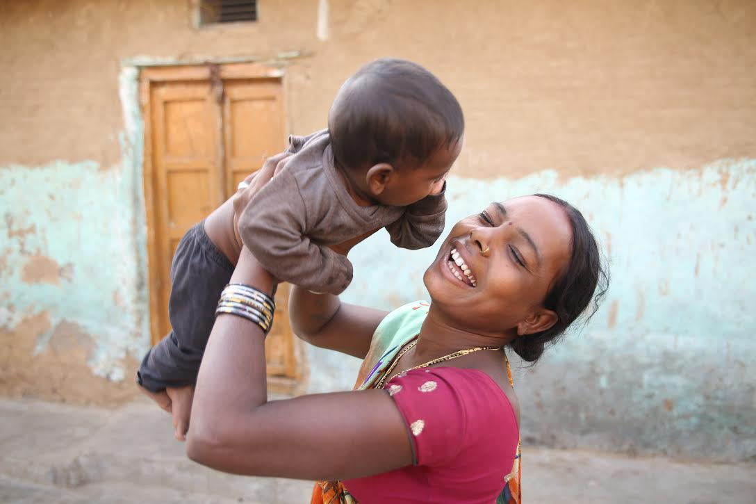 A mother playing with her child in Jodhpur.