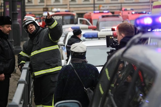 Emergency services direct pedestrians outside Sennaya Ploshchad metro station, following explosions in two train carriages at metro stations in St. Petersburg, Russia April 3, 2017. Credit: Reuters