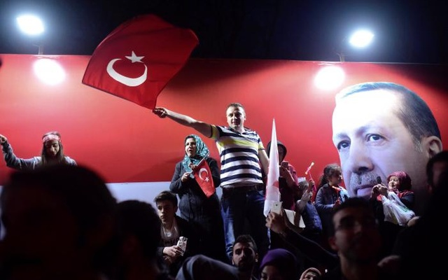 Supporters of Turkish President Tayyip Erdogan celebrate in Istanbul, Turkey April 16, 2017. Credit: Reuters