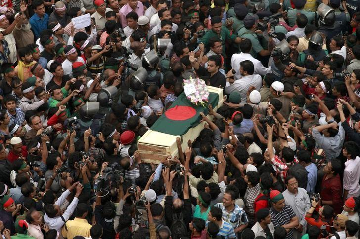 People attend a mass funeral as the body of Rajib Haider, an architect and blogger who was a key figure in organising demonstrations, arrives at Shahbagh intersection in Dhaka February 16, 2013. Credit: Reuters