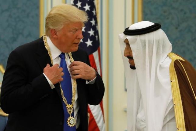 Saudi Arabia's King Salman bin Abdulaziz Al Saud (R) presents US President Donald Trump with the Collar of Abdulaziz Al Saud Medal at the Royal Court in Riyadh, Saudi Arabia May 20, 2017. Credit: Reuters/Jonathan Ernst