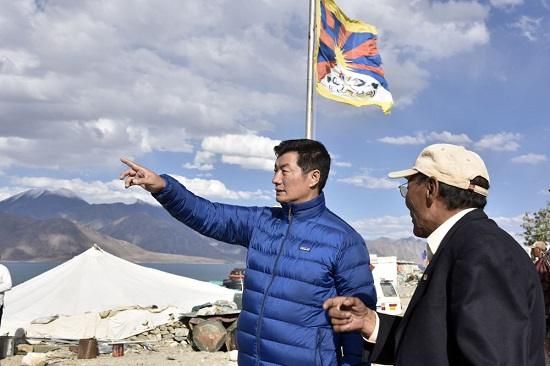 exiled tibetan leader s photo op with flag at pangong tso adds tibet