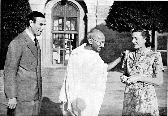 Gandhi with Lord and Lady Mountbatten in 1947. Credit: Wikimedia Commons