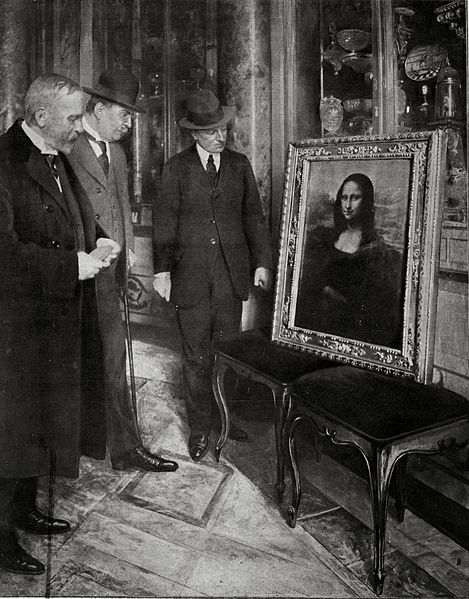 The Mona Lisa on display in the Uffizi Gallery, in Florence (Italy). Museum director Giovanni Poggi (right) inspects the painting. The masterpiece would be latter returned to Museum of Louvre where it had been stolen from. Credit: Wikimedia Commons