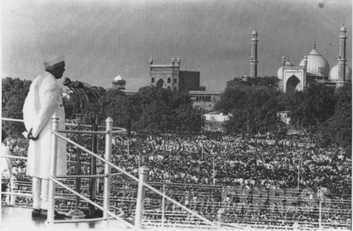 Jawaharlal Nehru addresses the nation from Red Fort on Independence Day, August 15, 1947. Credit: Wikimedia