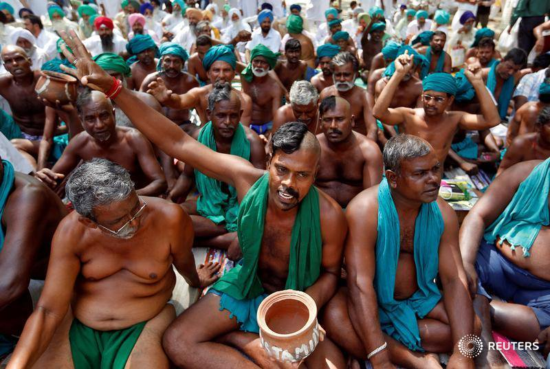 Debt and drought stricken farmers from Tamil Nadu protesting in Delhi. Credit: Reuters