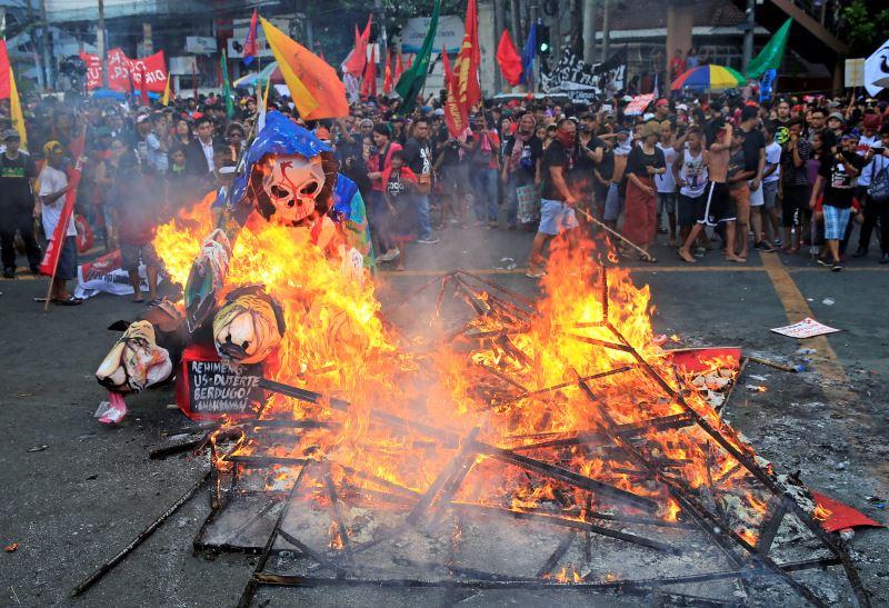 Thousands Rally in Philippines, Warn of Duterte 'Dictatorship'