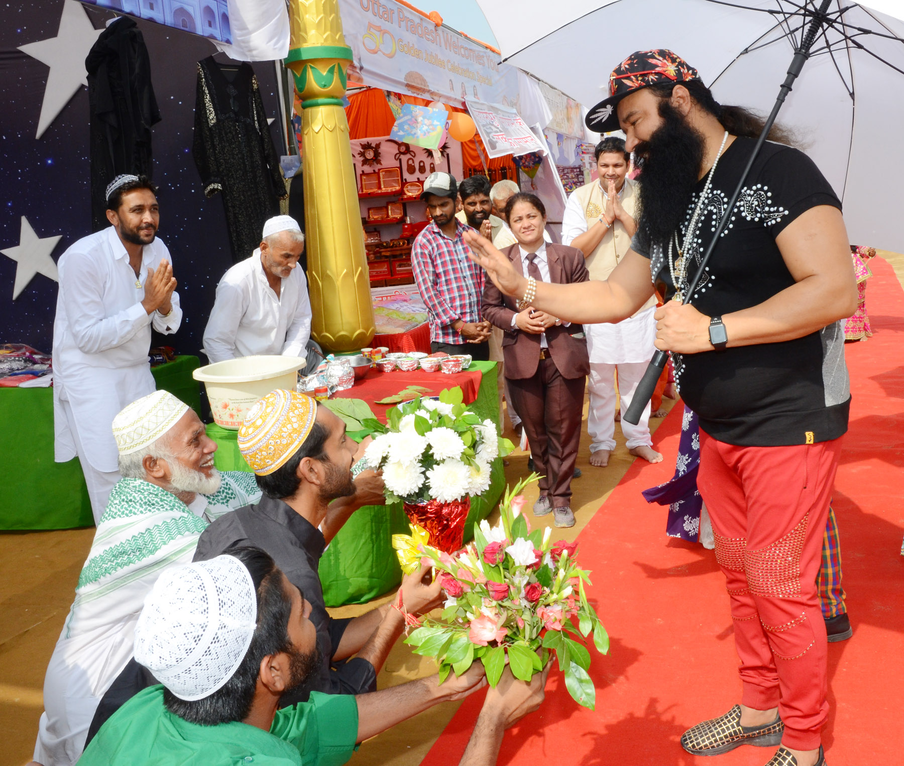 Gurmeet Ram Rahim Singh with followers. Credit: www.saintdrmsginsan.me
