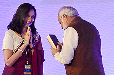 Prime Minister Narendra Modi receiving a memento from Shobhana Bhartia, Chairperson and Editorial Director of the Hindustan Times Group during the 'HT Leadership Summit 2015′. Credit: PTI