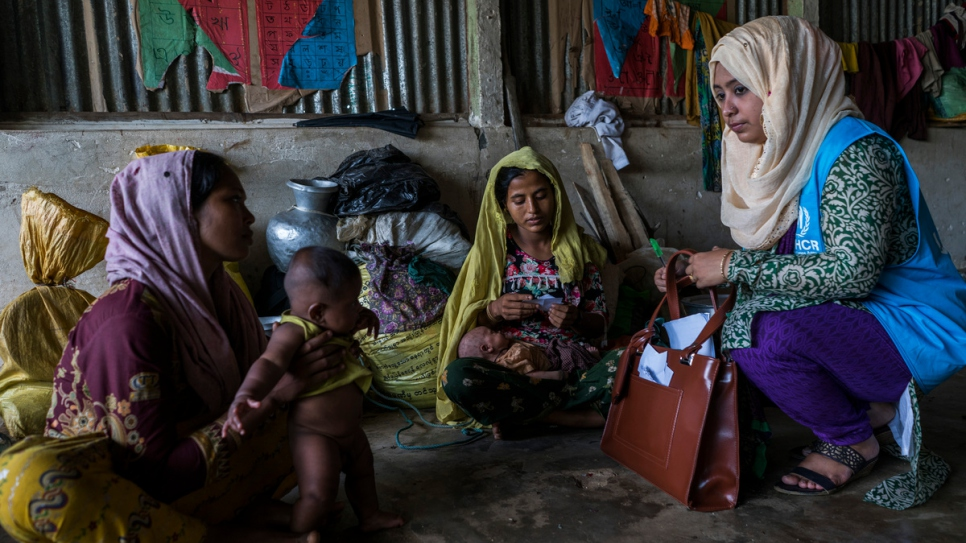 Hosna Ara Begum, 30, a UNHCR staff member talks with newly arrived Rohingya refugees. Credit: UNHCR