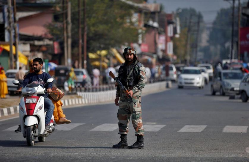 An Indian army soldier stands guard on a road on the outskirts of Srinagar, October 3, 2016. Credit: Reuters/Danish Ismail