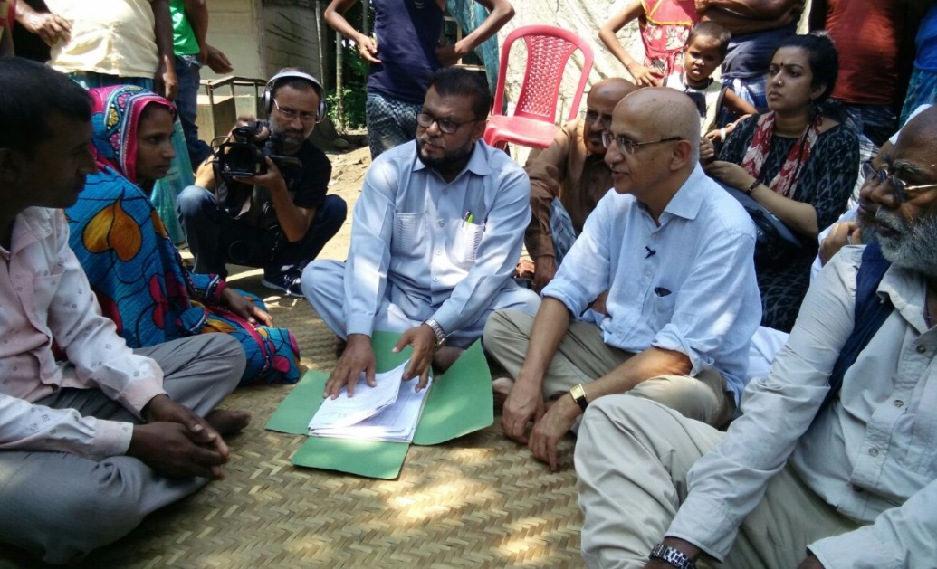 Harsh Mander (R) and John Dayal (second from right) with the family of two lynching victimes during the Karwan-e-Mohabbat. Credit: Twitter/Karwan-e-Mohabbat